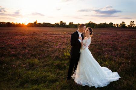 Brautpaarshooting beim Sonnenuntergang in Lüneburger Heide in Niedersachsen